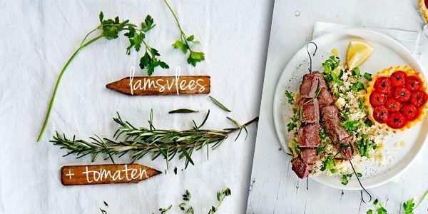 Janneke is dol op de Franse keuken. Daarom laat ze deze maand haar licht schijnen op bekende regionale gerechten. Uit de Provence komen dezelamsbrochettes met knapperige tomatentaartjes. lamsbrochette met tomatentartelettes hoofdgerecht | 4 personen 6 tenen knoflook, fijngesneden 1-2 takjes rozemarijn, alleen naaldjes 8 el olijfolie 600 g lamsfilet, in blokjes 4 plakjes roomboterbladerdeeg (320 … (Lees verder…)