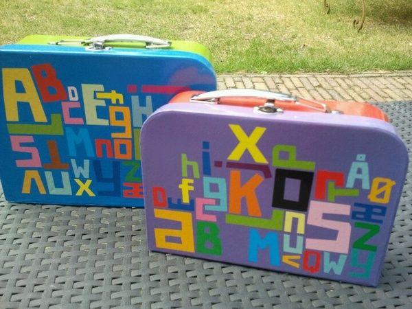 Iedere week neemt een leerling uit groep 2 het koffertje mee en neemt het mee terug met spulletjes die beginnen met de letter van zijn/ haar naam.
