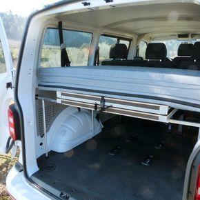 Cama ideal para furgoneta tipo: - Volkswagen TRANSPORTER- Mercedes VITO/VIANO- Renault TRAFIC- Opel VIVARO- Nissan PRIMASTAR- Ford TRANSIT- Hyundai H1- etc. La cama incluye: LIKECAMPERBOX L190 COLCHÓN 190 Accesorios opcionales (guardados en el interior del LikeCamperBox): SOPORTE DE MESA SILLAS
