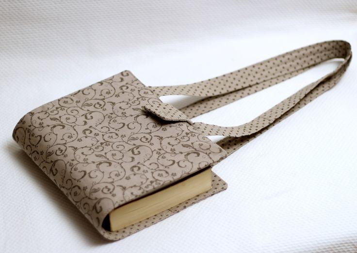 """****POR FAVOR LEIA ATENTAMENTE NOSSA POLÍTICA DA LOJA **** <br> <br>Capa para Vade Mecum em tecido nacional 100% algodão. <br>Possui alças longas de 62 cm cada para levar seu livro com mais praticidade. <br> <br>Pode ser feita com outros tecidos. <br>Acesse nosso """"Mostruário"""" para escolher. <br>Com tecidos importados o valor é R$62,00 <br> <br>Medidas da capa fechada: <br>22 cm de largura x 26cm de altura"""