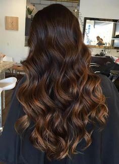 pelo castaño oscuro con reflejos caramelo                                                                                                                                                                                 Más