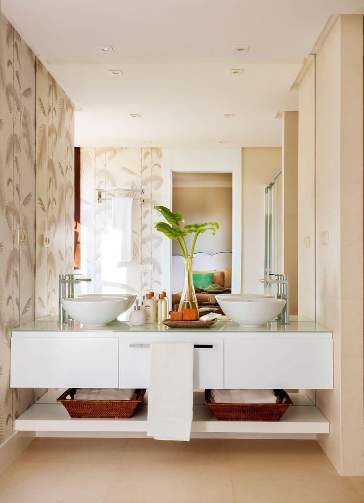 Baño con lavamanos doble, mueble bajolavabo volado y paredes con papel pintado