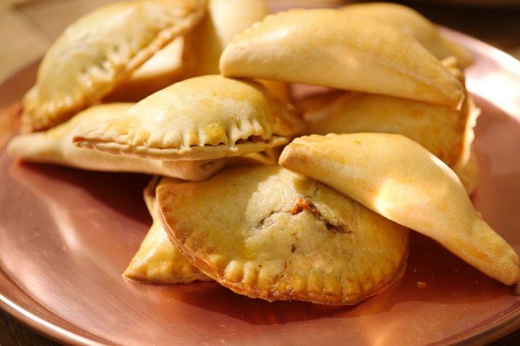 Een empanada is een deeg met vulling uit de Argentijnse keuken. Het deeg is heel eenvoudig en met de vulling kun je blijven experimenteren.