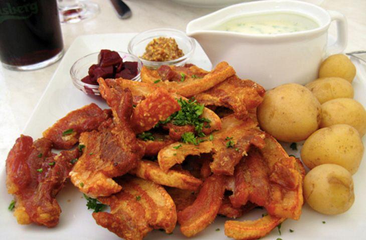30 главных национальных блюд разных стран мира. Жареная свинина с картофелем и соусом из петрушки в 2014 году была признана национальным блюдом Дании. Стегт флэск является одним из наиболее популярных датских блюд.