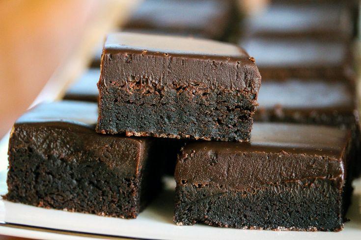 Dette er fantastisk deilige sjokoladeruter som toppes med et tykt lag sjokoladeglasur. Kaken inneholder mye sukker, som gir kaken en litt seig konsistens, som er helt fantastisk sammen med den bløte sjokoladeglasuren.  Kaken er utrolig lettvint å lage selv om den smaker luksuriøst, som nok også er grunnen til at den er så populær. Kaken holder seg god i flere dager og er også fin å fryse.  Oppskriften passer til liten langpanne.  Oppskrift og foto: Kristine Ilstad/Det søte liv.