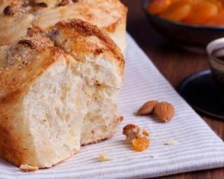 Brioche aux amandes et aux abricots secs : http://www.fourchette-et-bikini.fr/recettes/recettes-minceur/brioche-aux-amandes-et-aux-abricots-secs.html