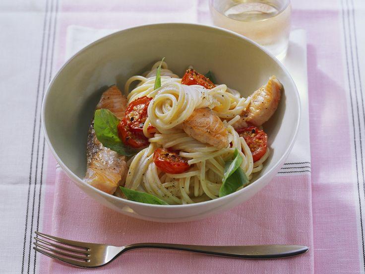Pasta mit Lachsfilet und Cherrytomaten - smarter - Kalorien: 586 Kcal - Zeit: 25 Min. | eatsmarter.de
