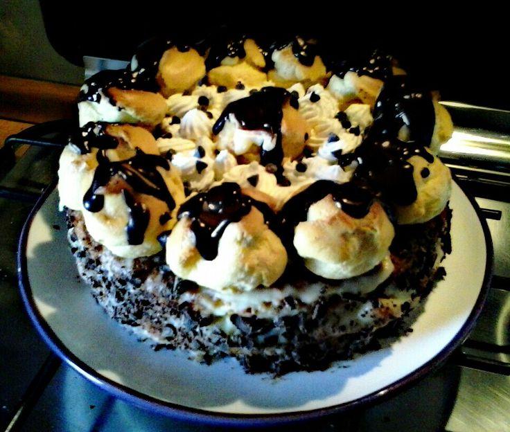 pan di spagna farcito con marmellata di albibocche, crema chantilly e scaglie di cioccolato all albicocca....sopra bignè ripieni di crema con cioccolato fuso e panna