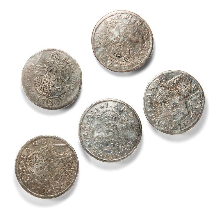 Zugeknöpft - Fünf Knöpfe zur Tracht aus antiken Silbermünzen aus Bayern, geprägt 1721 bis 1732 von Hofer Antikschmuck aus Berlin // #hoferantikschmuck #antik #schmuck #Objet d'art #antique #jewellery #jewelry // www.hofer-antikschmuck.de