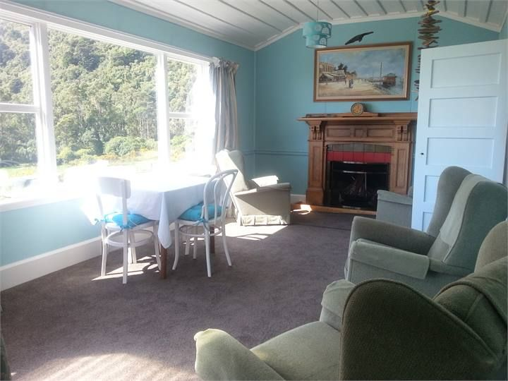 Punakaiki Bach accommodation. Bell Birds & Sea Views Cottage
