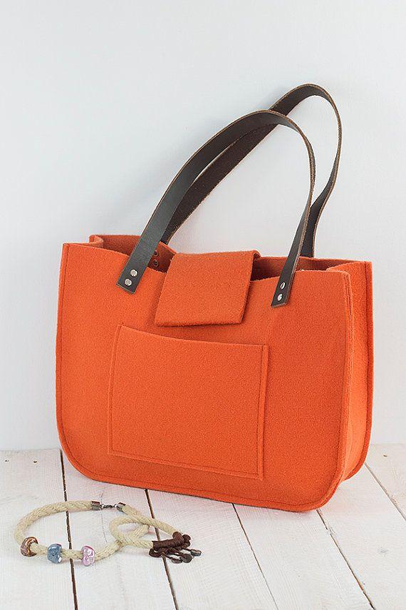 Orange war Tragetasche, für shopping, Frühlingsbeutel, Echtleder Griffe, Einkaufstasche, Filz tote.  Diese Tasche ist ein einfaches Design, aber gleichzeitig sehr stilvoll. Die Größe ist ideal für den Transport, Zeitschriften, Bücher, Notizbuch oder Dateien. Frisch, elegant, lässig und vieles mehr.  Hergestellt aus Orange fühlte. Filz ist imprägnierte 4mm (0,16).  Gurte sind 2 cm (0,79) breit, 61cm (24) lang, dunkelbraun Innen und außen große Tasche 22cm (8,66) / 16,5 (6,50).   Ich…