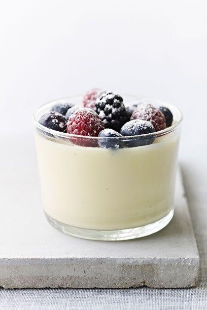 Forfør dine gæster med lette desserter med sommerens frugter og bær. Mousse er blød og let og perfekt som afslutning på en god middag.