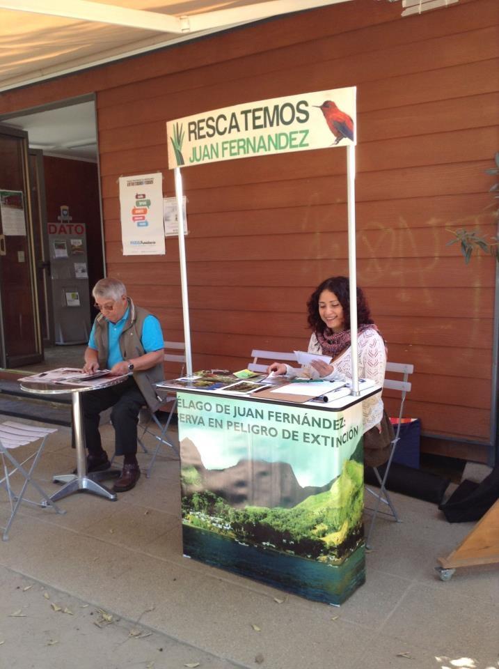 Compartiendo en el Café al Aire Libro de Plaza Las Lilas, en Las Hortensias a la altura del 2854, comuna de Providencia.
