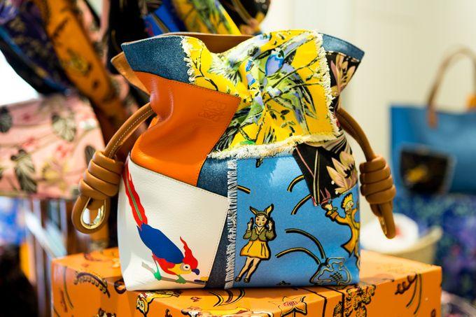 ロエベが伝説ブティック「パウラズ イビザ」とコラボ - 鳥や花モチーフのウェアやバッグなど | ファッションプレス