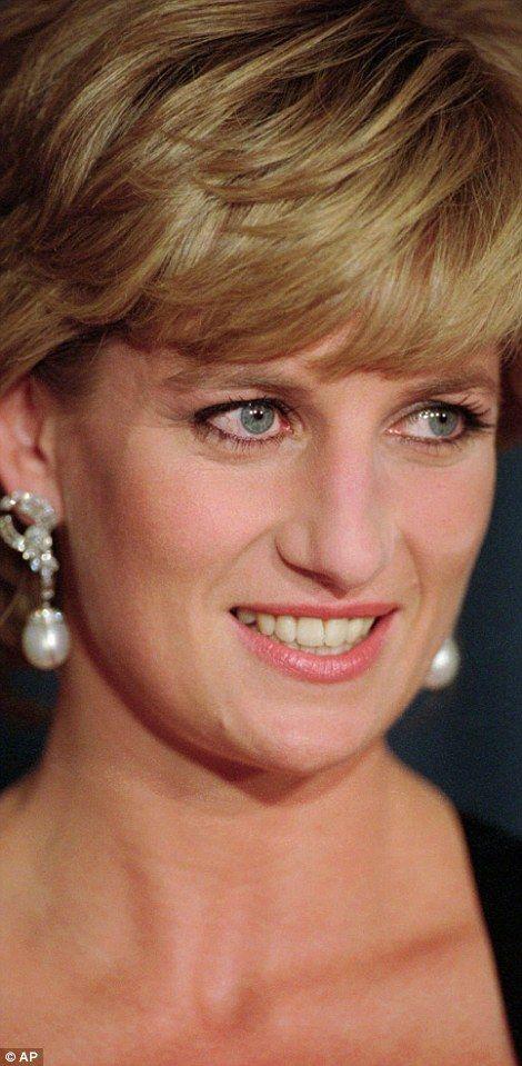 De late prinses droeg de opvallende mouwloze jurk van Catherine Walker, foto links, voor een fotoshoot met Mario Testino.  De opvallende reeks beelden kreeg de opdracht om de verkoop van de jurken van de prinses bij Christies voor het goede doel te steunen in juni 1997, slechts enkele weken voor haar vroegtijdige dood