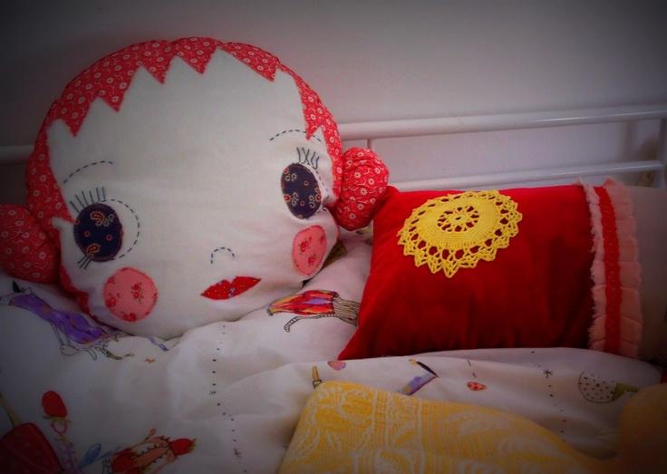 Savannah's corner (head cushion jenni Harley cloth & thread / red princess Leililaloo)