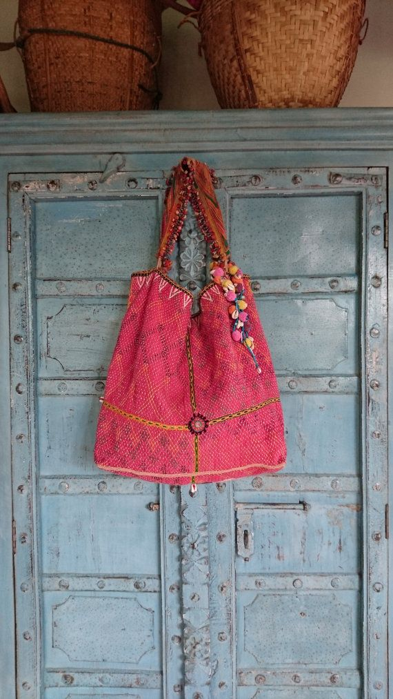 Vintage indische Banjara Tribal Stoff Umhängetasche ethnische Kutchi handgefertigten Spiegel  Diese großzügige Tasche ist ein schönes Stück für jemanden, der will, einen ethnische oder Boho-Stil. Jede Tasche wird liebevoll zusammengestellt aus verschiedenen indischen Vintage Stoffen, Beibehaltung der Integrität der Tasche und doch macht es einzigartig. Meine Inspirationen kommen von den Frauen und Stämme, aus denen sie ihr Geschick und Fleiß in etwas, was jeder in den Genuss. Rote Baumwolle…