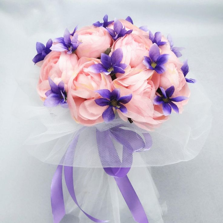 Particular bouquet of pink roses and violets