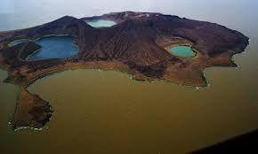 Central Island National Park   Kenya Wildlife Modro-zelené vody největšího trvalého pouštního jezera na světě, jezero Turkana, centrální ostrov se skládá ze tří aktivních sopek, které chrlí sirný kouř a páru. Tři krátery jezera, Crocodile Lake, Flamingo Lake a Tilapie Lake, poskytují největší koncentraci  krokodýla nilského na světě.