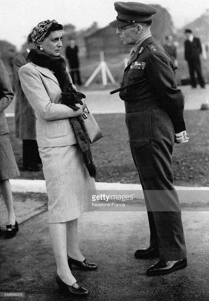 La Duchesse Marina de Kent en conversation avec le Roi Georges II de Grèce avant le départ de celui-ci pour Athènes à l'aéroport d'Heathrow le 27 septembre 1946 à Londres, Royaume-Uni.