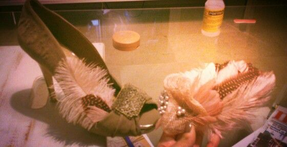 Diadema tocado y zapatos vintage con plumas y perlas