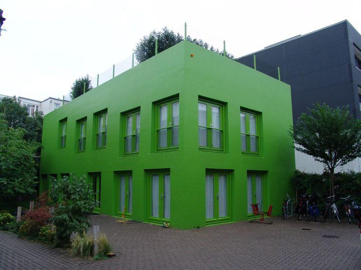 het vroegere kantoor van Thonik door MVDRV. Gebouwd op het binnenterrein van een vooroorlogs huizenblok. Het was eerst oranje, maar de buurt kwam in opstand, toen groen geverfd. Thonik veranderde de huisstijl ook van oranje naar groen. Het is met weinig budget gebouwd, simpel maar mooi, door de verspringende ramen (en van de binnen de verspringende vloerniveau's). Juist de enorme eenvoud i.c.m. met de felle kleur maakt het een mooi statement. Als het niet in Amsterdam was zou ik er willen…