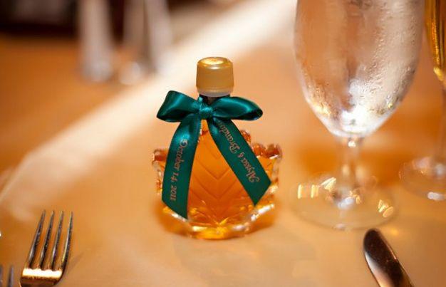 Recordatorios, miel maple + frascos de vidrio con granos de café ( primeros los traen, últimos los hace la hermana de la novia) buscar ubicación, ejemplo escalera con hiedra y velas pequeñas o mesa larga con aviso en flecha.