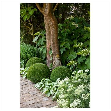 Statue in mixed border of clipped Buxus, Hydrangea quercifolia and Pulmonaria , photo Elke borkowski