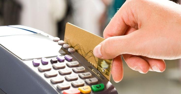 10 dicas para acabar com as dívidas e equilibrar as finanças. 8) Fuja das dívidas caras: um deslize, um esquecimento, uma despesa extra podem fazer você entrar no cheque especial ou não pagar a fatura do CC. Como os juros são muito altos, se estiver endividado é melhor trocar a dívida por outra mais barata, como crédito pessoal ou consignado.  Imagem: Shutterstock.  https://economia.uol.com.br/album/2013/12/10/10-dicas-para-acabar-com-as-dividas-e-equilibrar-as-financas.htm#fotoNav=9