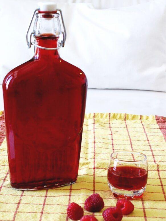 Nalewka Malinowa : Robi się ją tak samo, jak wiśniową, tylko należy wziąć wódkę 45 proc. i jeden raz nalewać. Nie potrzebuje też tak długo naciągać ...