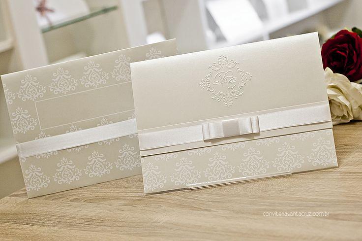 A cobertura perolizada revela um lindo padrão damasco, com espaço para a subscrição do nome dos convidados.