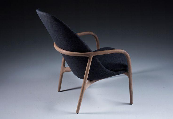 De comfortabele massief houten fauteuil Neva nodigt met haar organische vormgeving, haar fijn, rond en handmatig gepolijst houtwerk, haar natuurlijke en warme stoffen en leders uit om intensief gebruikt te worden. Deze gezellige fauteuil wordt aangeboden met een hoge rug (93 cm) of een lage rug (74 cm) en is evenzeer in een 2-zit (140 B cm) …