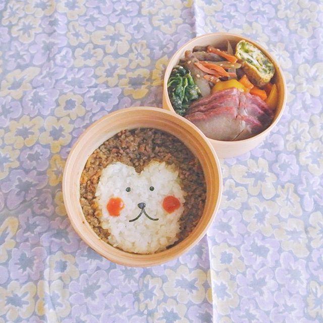 今年ラストになりそうなので来年に向けてさる弁赤いお肉は中華屋さんの焼豚で、生肉ではないです☺︎ . 焼豚、海苔入り卵焼き、きんぴらごぼう、ほうれん草のおかか和え、パプリカの炒め物、ドライカレー . roast pork, omelet with nori, kinpira-style sauteed burdock, boiled spinach mixed with finely chopped katsuobushi, fried paprika, dry curry . #弁当 #bento #お弁当 #暮らし #お昼ごはん #lunch #ランチ #料理 #Cooking #life #Japanesefood #lunchbox #vsco #手作り弁当 #サラメシ #オ弁当 #曲げわっぱ #micvany #キャラ弁 #大人のデコ弁 #顔弁 #デコ弁 #deco #monkey #さる #さる弁当 #さる弁 #猿弁 #lin_stagrammer #KURASHIRU