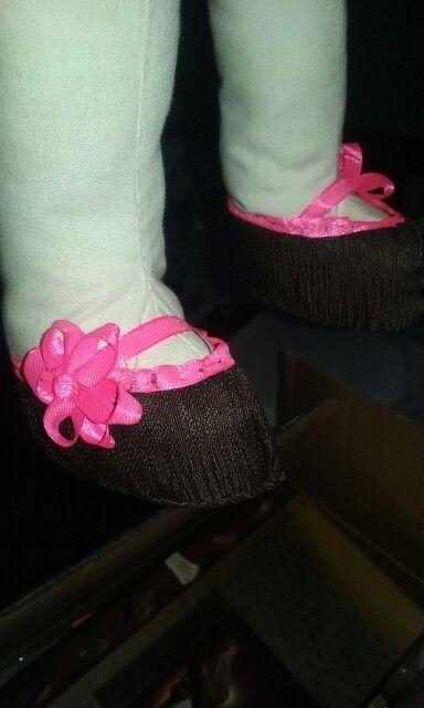 zapatitos de muñeca cafe con cintas rosadas.