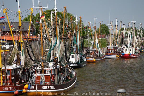 Greetsiel Fischereiflotte Foto, Krabbenkutter im malerischen Fischerdorf Sielhafen dümpeln