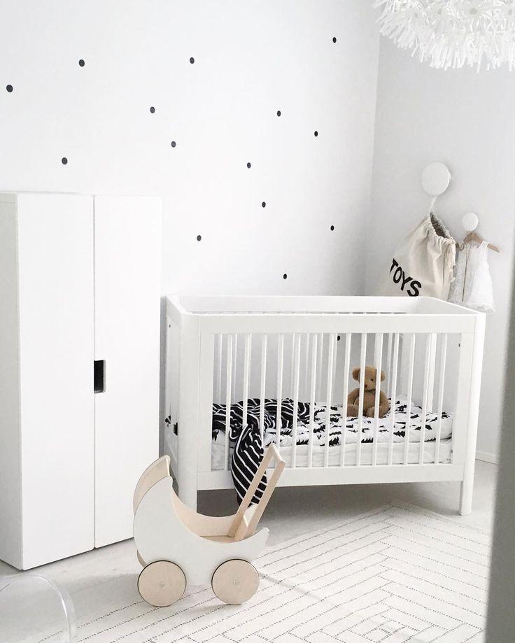 Mustat pilkut seinällä tuo lastenhuoneen valkoiseen tyyliin kivan yksityiskohdan