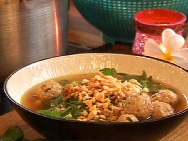 Supergoda fläskdumplings i buljong med äggnudlar (kock Leila Lindholm)