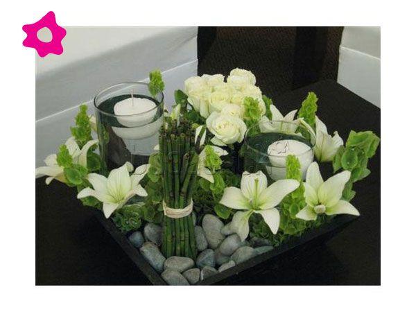Centro de mesa para boda minimalista con lilis y piedras de río
