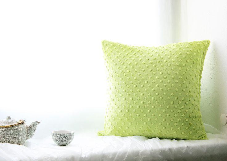 apple Povlak na polštářek obálkového typu je ušitý z neuvěřitelně hebkého materiálu. Vystupující tečky přináší úžasný haptický zážitek...pozor! Hlazení polštářku je návykové:) Velikost 40 x 40 cm. Praní 30°C, bez aviváže. Odstín: světle zelený, apple. Výplň do polštářku si můžete koupitzde.