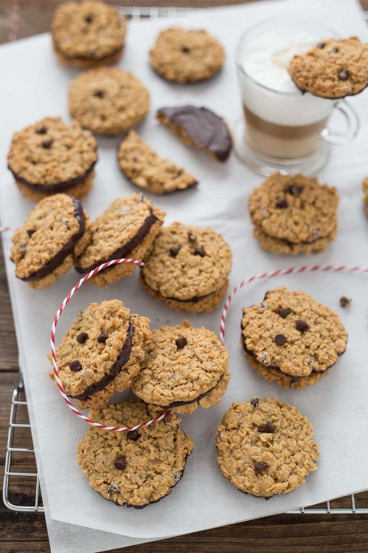"""I biscotti all'avena al doppio cioccolato sono una ricetta golosissima e sfiziosa perfetta per una sana colazione, per la merenda di tutta la famiglia ma anche come idea regalo per le feste in arrivo. Si realizzano in pochissimo tempo mescolando tutti gli ingredienti in una ciotola, dopo averli cotti si immergono nel cioccolato fondente e volendo si possono anche accoppiare per formare dei deliziosi sandwich dolci. La ricetta è quella dei i famosi biscotti svedesi di Ikea"""" Kafferep a..."""