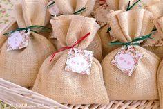 Bolsitas rusticas con jabones naturales. Así preparamos detalles para bodas. Contamos con gran variedad de material decorativo para personalizar tus detalles.
