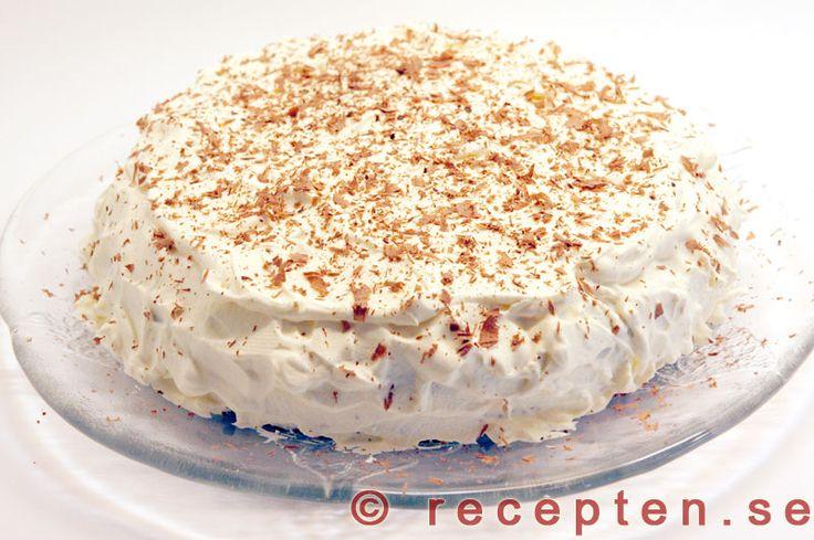 Recept på god chokladtårta med fyllning av aprikosmarmelad eller äppelmos samt grädde. Bilder steg för steg.