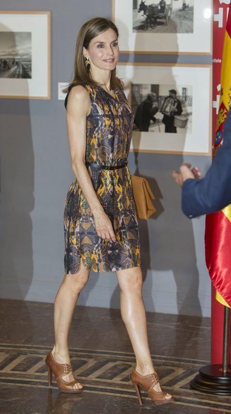 Doña Letizia lució un favorecedor vestido con estampado 'étnico' en tonos ocre y morado, de Hugo Boss, que combinó con un cinturón fino en negro, unas sandalias 'peep toes' en marrón y un bolso al tono, todo de la firma alemana. Además, llevaba pendientes de My Collect.
