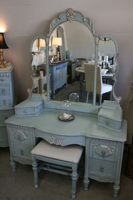 How to Repair and Paint a Vintage Vanity Set - info on how to handle chipped veneer and how to get this awesome crackled paint finish using chalk paint - via Reloved Rubbish