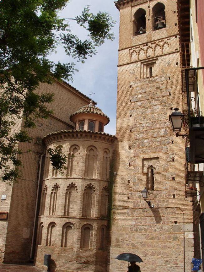 Iglesia de Santa Leocadia data del siglo XI, fue edificada sobre la primitiva casa de la Santa, la cripta del templo se identifica con la cueva donde rezaba.Iglesia de Santa Leocadia