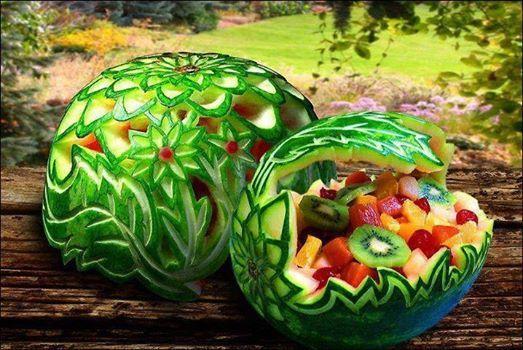 Auténticas obras de arte hechas con sandías, y rellenas de macedonia de frutas.