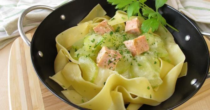 Recette de Tagliatelles saumon-courgettes au wok. Facile et rapide à réaliser, goûteuse et diététique. Ingrédients, préparation et recettes associées.