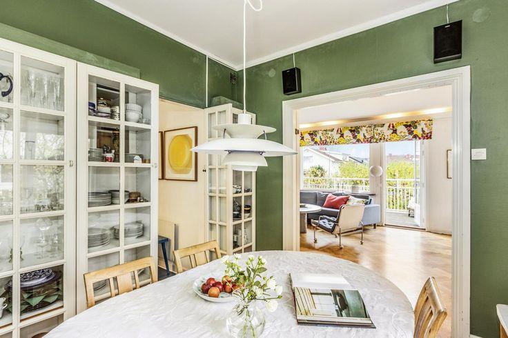 Matrum med vitrinskåp