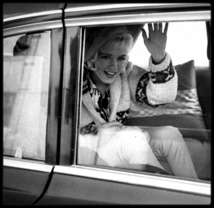 """1er Juin 1962 / DERNIERE APPARITION EN PUBLIQUE / Marilyn était ravie de cette fête d'anniversaire impromptue sur le tournage du film """"Something's got to give"""", qui se termina vers 18 heures 30. Elle quitta la Fox en compagnie de l'acteur Wally COX. Ce soir là, elle assista, avec le costume qu'elle portait dans la journée (un tailleur de soie beige avec toque en fourrure assortie), à une soirée au """"Chavez Ravine Dodger Stadium"""" de Los Angeles, pour un match de base-ball entre les """"New York…"""