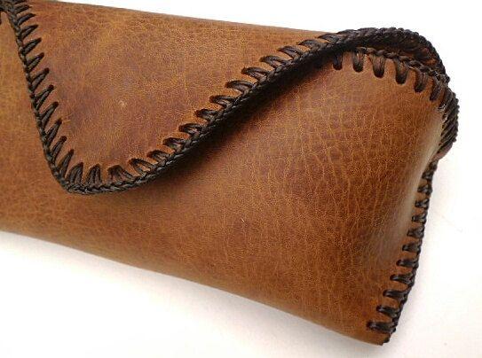 brown leather sun glasses case for beltgafas de sol de cuero marrón. caja de vidrios de cuero Faran, hebilla de cinturón en la parte posterior el 100% a mano cosida en algodón encerado marrón, forrado con algodón bronceado. Tamaño 17 cm de ancho, 7,5 cm de altura, en el fondo 4 cm se ajusta las gafas 15 por 5 de alto y 4 cm de profundidad